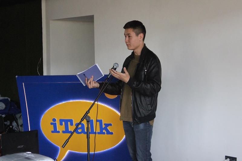 Аниматор Куба Мырзабеков во время выступления в ITALK (г. Бишкек 2016)